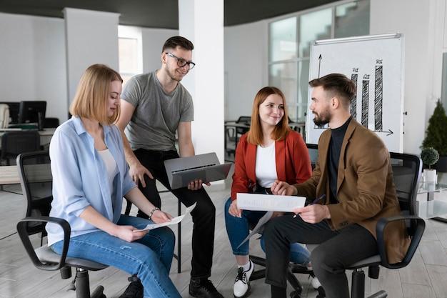 Группа коллег в офисе разговаривает