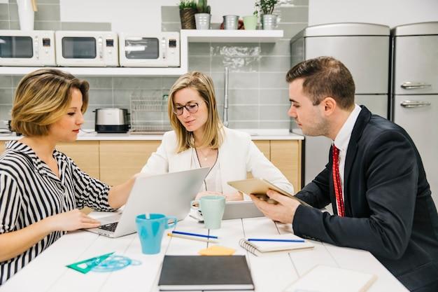 Группа сотрудников обсуждает бизнес