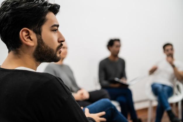 Группа творческих деловых людей, слушающих коллегу на встрече в офисе. бизнес и концепция мозгового штурма.
