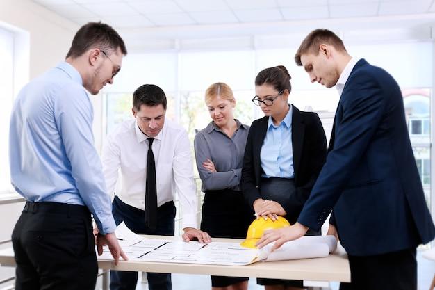 オフィスで新しいプロジェクトを計画しているクリエイティブ エンジニアのグループ