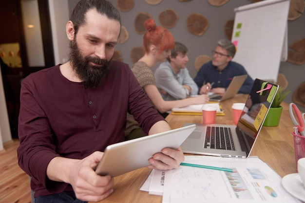 작업 결과를 분석하는 창의적인 사람들의 그룹