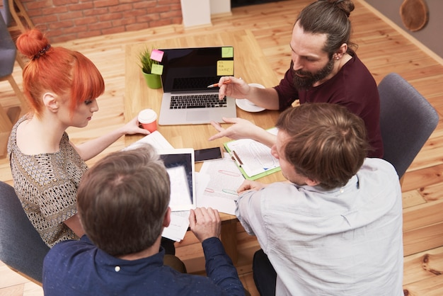 Группа творческих людей, анализирующих результат работы