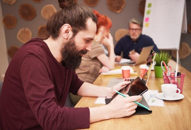 仕事の結果を分析する創造的な人々のグループ