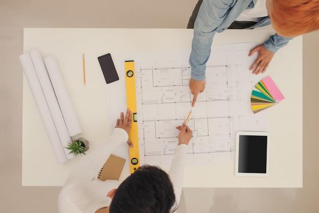 창의적인 작업자 그룹은 사무실에서 함께 브레인스토밍하고, 새로운 스타일의 작업 공간, 사무실에 있는 사람들의 긴장을 풀어줍니다.