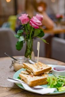 カットトーストサンドイッチのグループ。カフェでの朝食の食事。食品のコンセプト