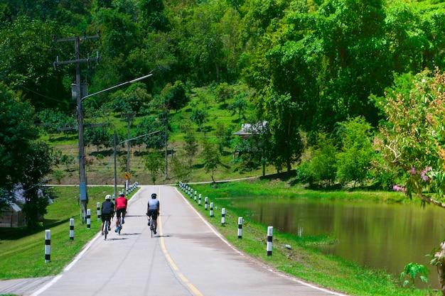 道路自転車、自然の中でのスポーツ写真でサイクリングのサイクリストのグループ