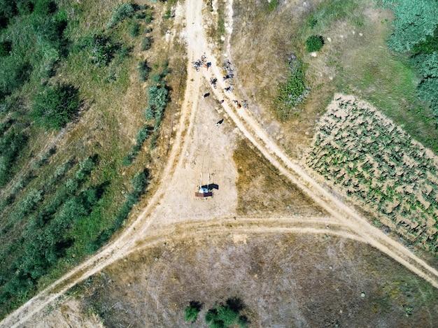 시골 길에서 자전거의 그룹