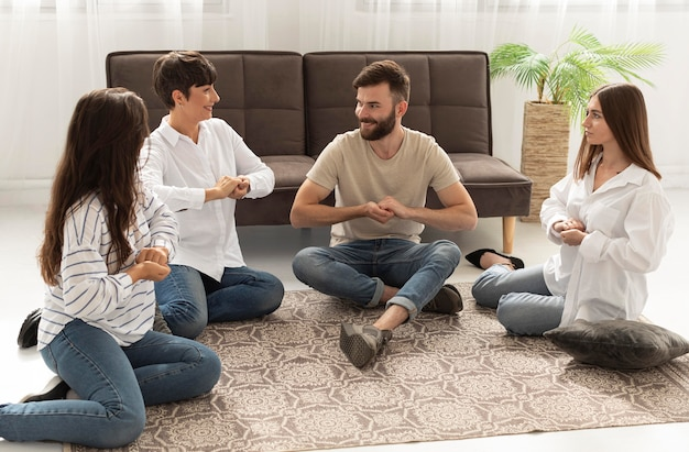 手話でコミュニケーションをとるろう者のグループ