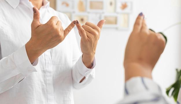 Группа глухих людей, общающихся на языке жестов