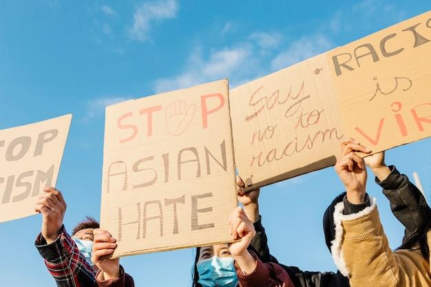 Группа демонстрантов протестует на улице за равные права
