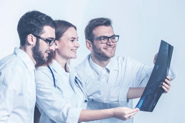 흰색 배경에 엑스레이가 있는 진단 전문가 그룹