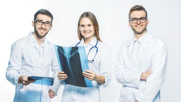 白い背景にx線を持っている診断医のグループ