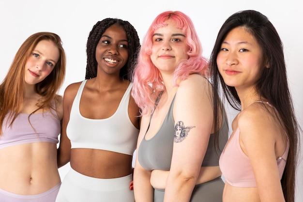 Группа разных красивых женщин