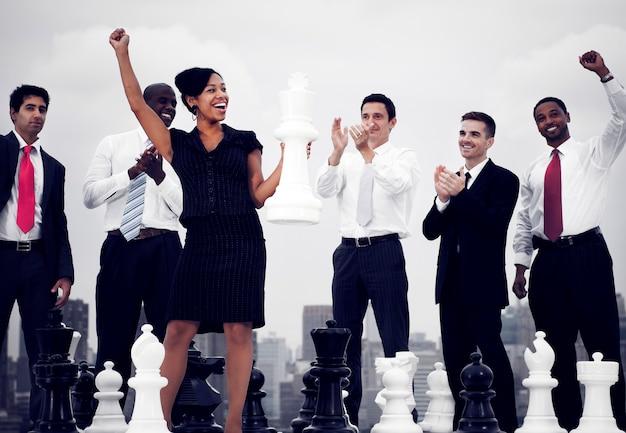 Группа разнообразных деловых людей планируют бизнес-стратегию