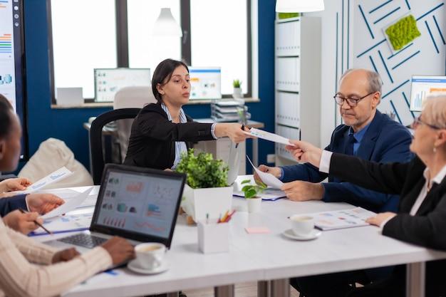 会議室で会議を行う多様なビジネスマンのグループ