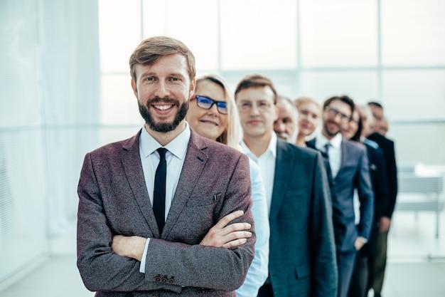 Группа разнообразных деловых людей, стоящих в очереди. концепция совместной работы