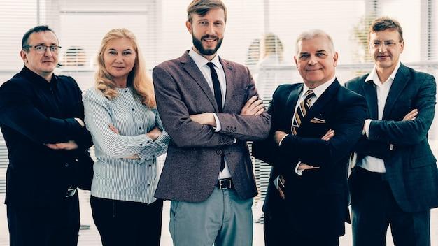 Группа разнообразных деловых людей, стоящих в офисе. концепция совместной работы