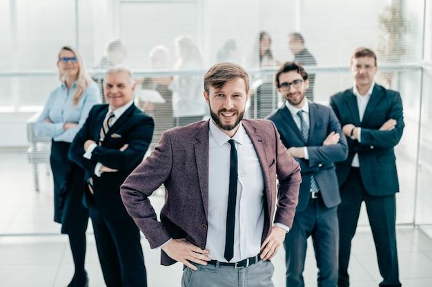 オフィスに立っている多様なビジネスマンのグループ
