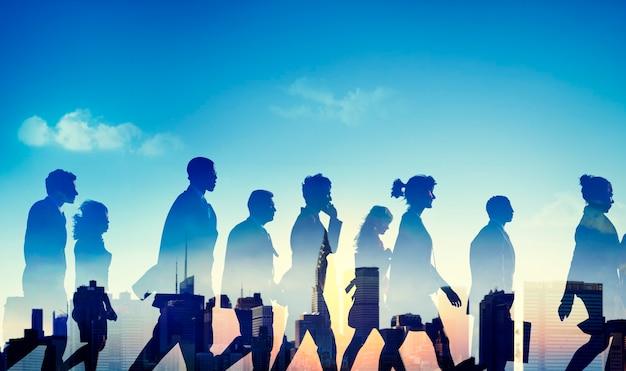 Группа разнообразных деловых людей, идущих