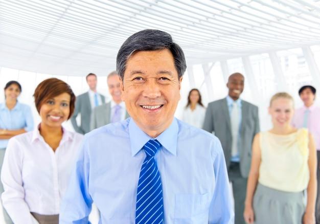 Группа разнообразных деловых людей