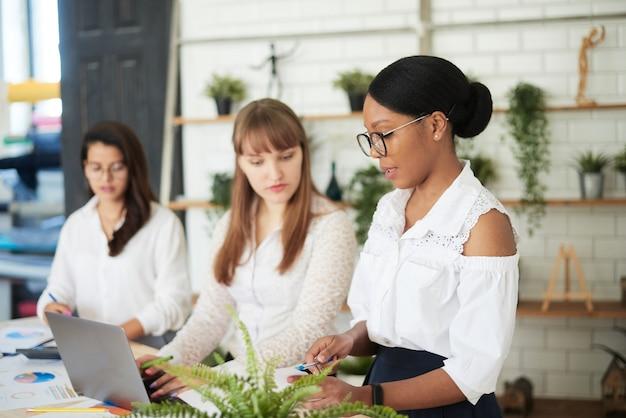 Группа различных деловых женщин-лидеров, работающих вместе в офисе. только бизнес-офис для женщин.