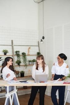 사무실에서 함께 일하는 다양한 비즈니스 여성 리더 그룹. 여성 전용 사무실입니다.