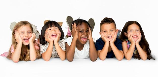 다양한 쾌활한 아이들의 그룹