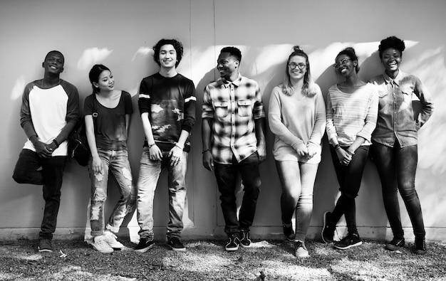 多様な大学生のグループ