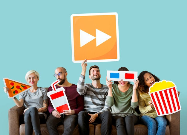 Группа разнообразных друзей, держащих кино смайлики Бесплатные Фотографии