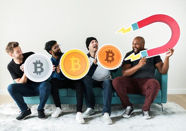 Группа различных друзей, сидящих на диване концепция криптовалюты
