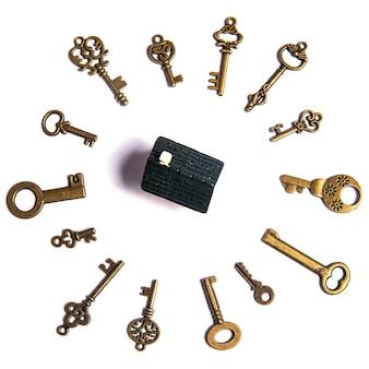 Группа разнообразных ключей на белом, домашнем концепте