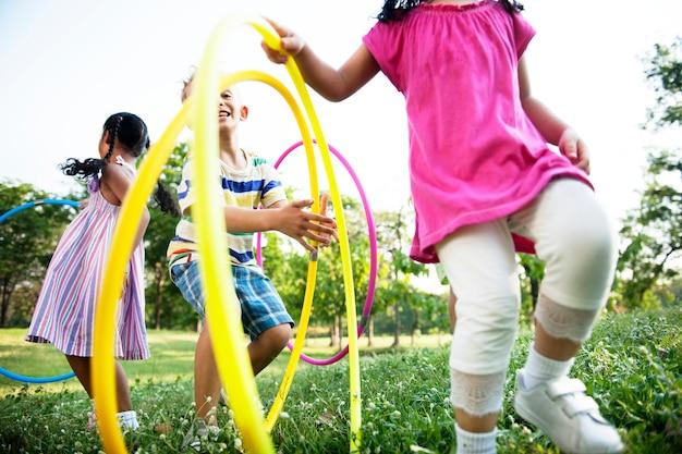 Группа разнообразных детей, играющих в парке