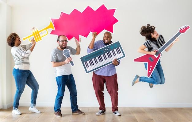 Группа разных людей, наслаждающихся музыкальными инструментами