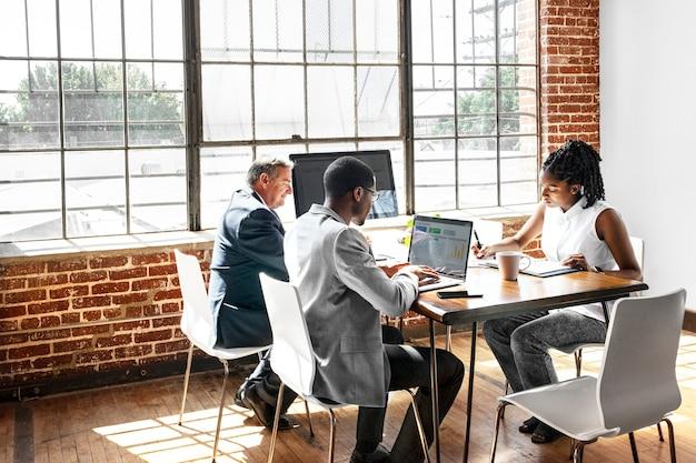 ビジネスミーティングを行う多様な人々のグループ