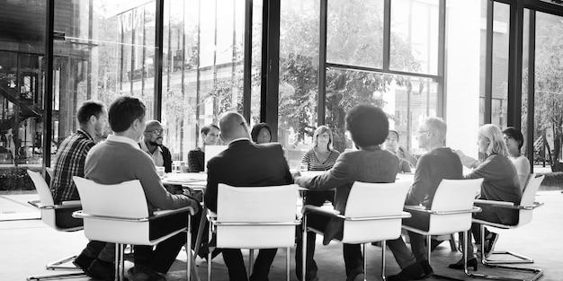 ビジネスミーティングを持つ多様な人々のグループ