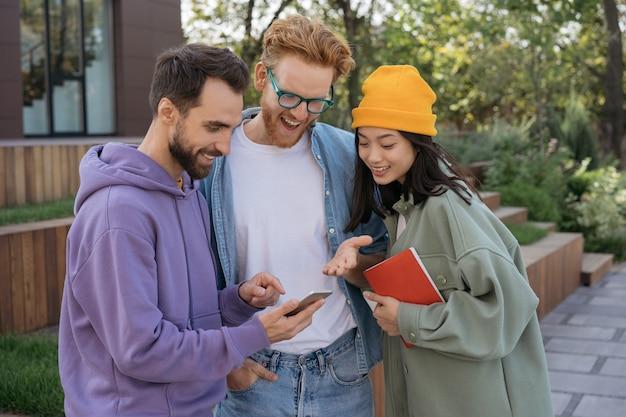 現代のテクノロジーを使用してコミュニケーションに出会う多様な人々のグループ
