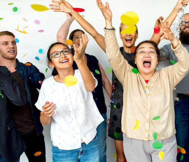 파티 풍선 색종이와 다양 한 사람들의 그룹