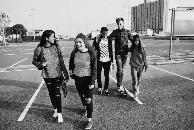 Группа разных подростков, гуляющих вместе
