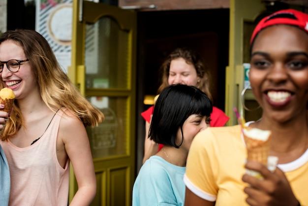 アイスクリームを一緒に食べる多様な女性のグループ