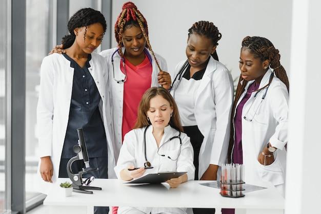 의사와 간호사의 그룹은 병원에서 설정
