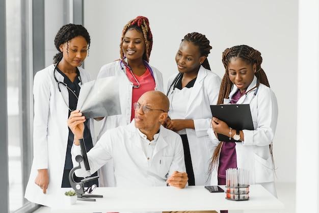 病院に設置された医師と看護師のグループ