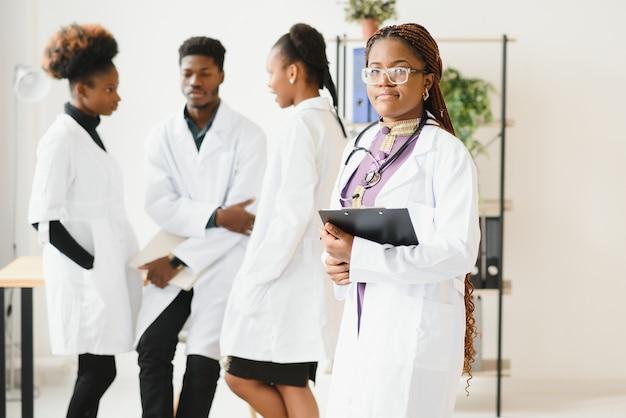 Группа врачей и медсестер в больнице