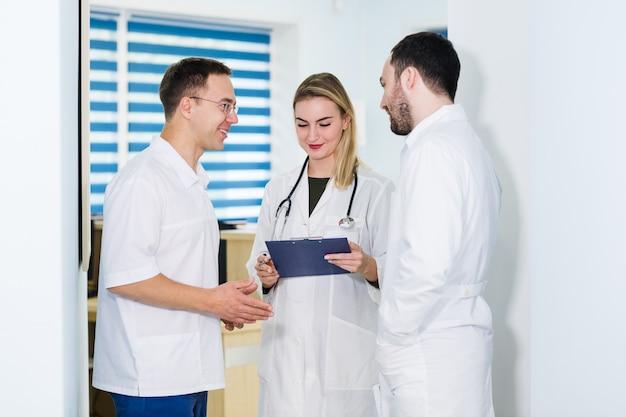 Группа врачей обсуждают и работают вместе