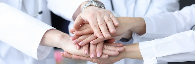 의학 개념에 클리닉 근접 촬영 팀워크에 함께 손을 넣어 의사의 그룹