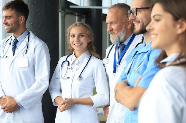 의료 사무실에 서 있는 의사의 그룹입니다.