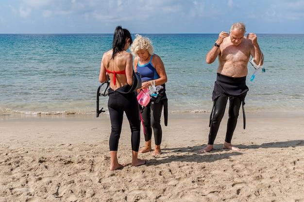해변에서 잠수복을 입은 노인 그룹