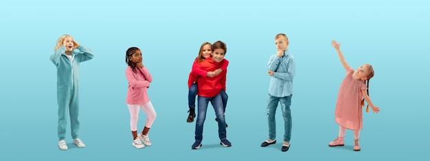 파란색 바탕에 화려한 캐주얼 옷을 입고 꿈꾸는 초등학생 또는 학생 그룹