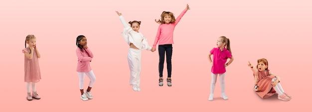 분홍색 스튜디오에서 다채로운 캐주얼 옷을 입은 초등학생 또는 학생 그룹