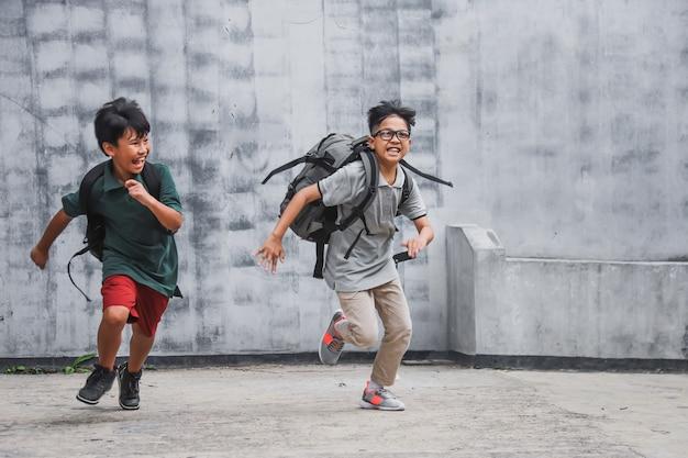 学校に通って走っている小学生のグループ