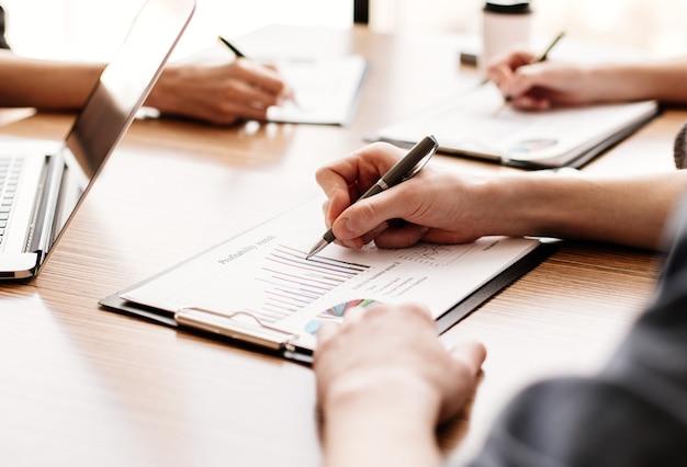 재무 차트를 분석하는 직원 그룹
